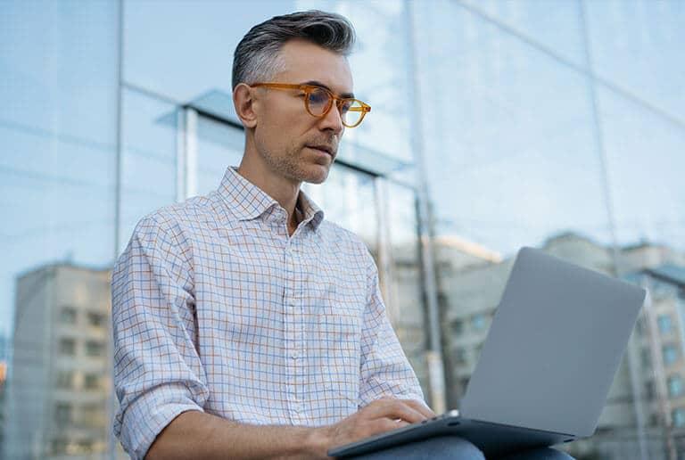man otdoor working laptop